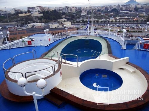swimming pool-sun deck