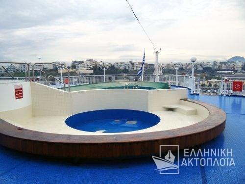 swimming pool-sun deck