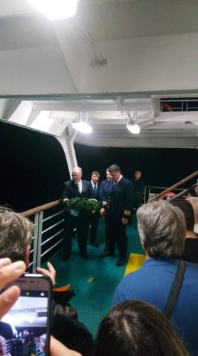 οι Αξιωματικοί του ΕΛΕΥΘΕΡΙΟΣ ΒΕΝΙΖΕΛΟΣ παρουσία των επιβατών του πλοίου τιμούνε του νεκρούς του ναυαγίου του ΗΡΑΚΛΕΙΟΝ